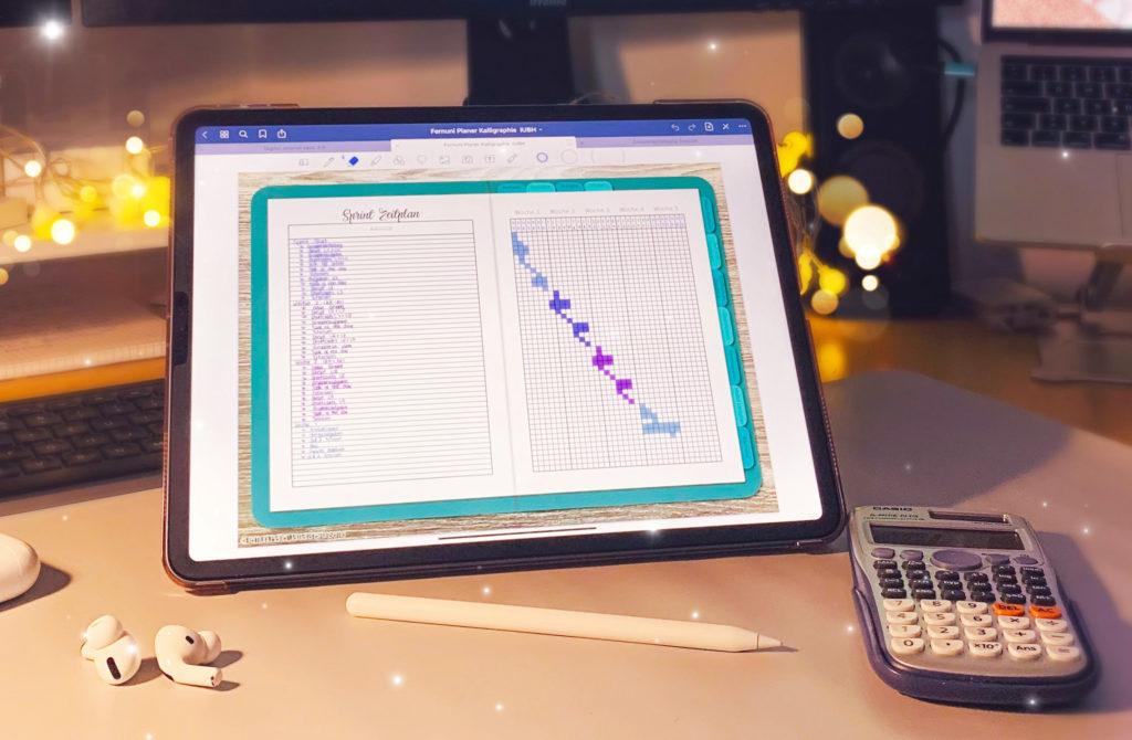 Bild von einem Schreibtisch mit einem Ipad, darauf der digitale Fernuni Planer zu sehen